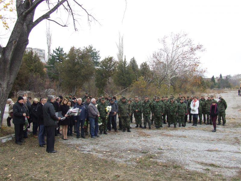 Заместник – кметът Пепа Чиликова поднесе цветя пред паметника на Шести артилерийски полк